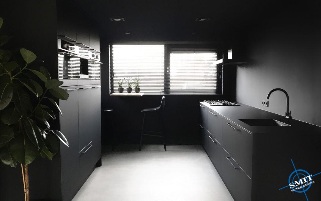Keuken mat zwart