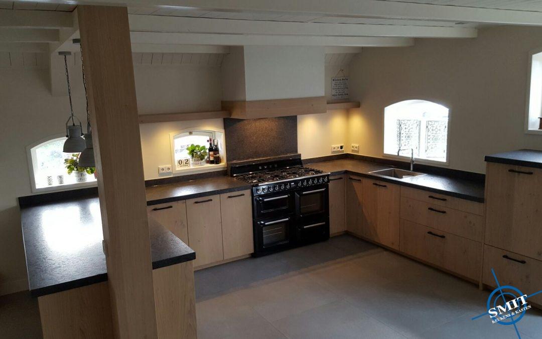 Keuken met houten fronten